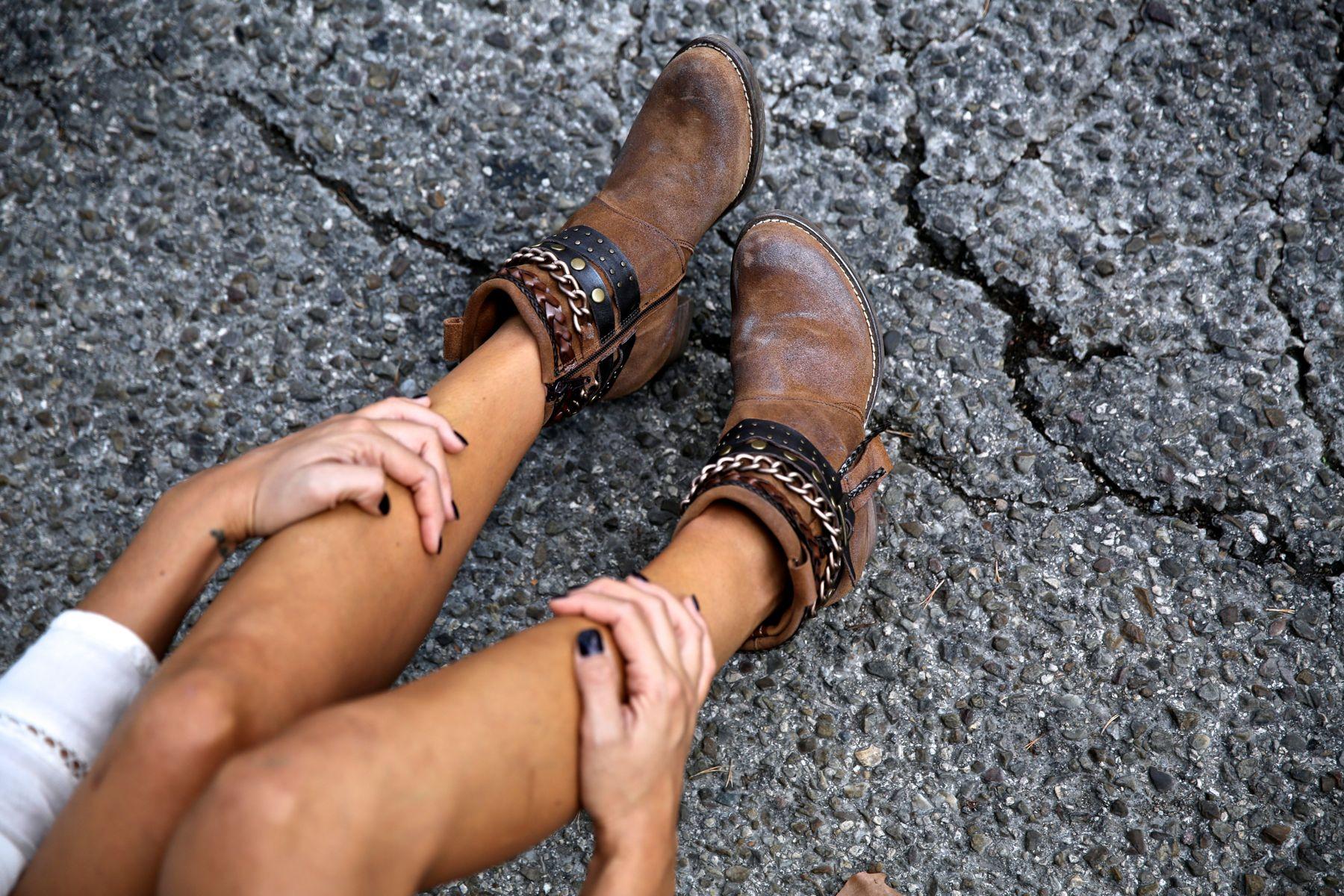 trendy_taste-look-outfit-street_style-ootd-blog-blogger-fashion_spain-moda_españa-boho-hippie-flecos-botines_camperos-cowboy_booties-mochila-backpack-blusa-camisa-denim-shorts-vaqueros-7