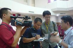 中國環境媒體人來台交流,無時無刻都在記錄採訪。現正訪問台大城鄉所陳亮全教授。