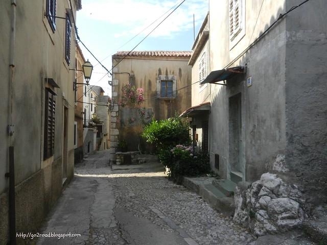 По улицам Врбника, дорога к церкви