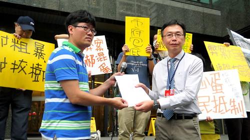 廉政署專員馮俊雷接下檢舉函,表示相當重視。攝影:賴品瑀。