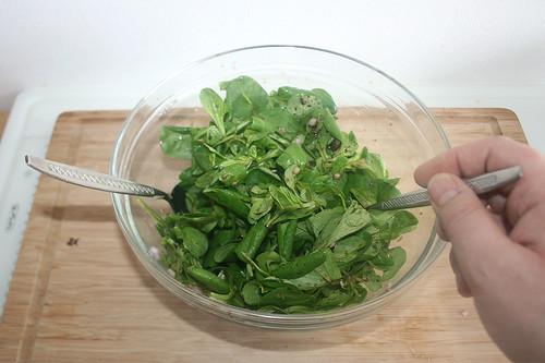 39 - Salat vermengen / Mix salad