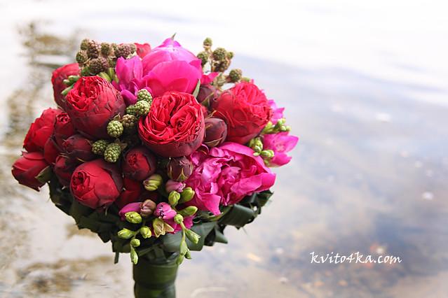 Малиновый букет невесты с пионами и пионовидной розой