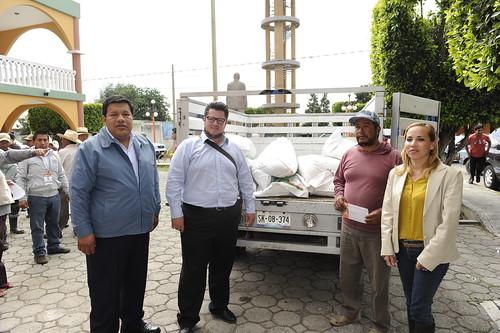 07 08 14 Entrega de Fertilizante en la Junta Auxiliar de San Agustín Calvario
