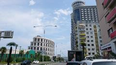 Batumi. Nowe bydynki kontrastuja z zaniedbanymi blokowiskami z czasów ZSRR.