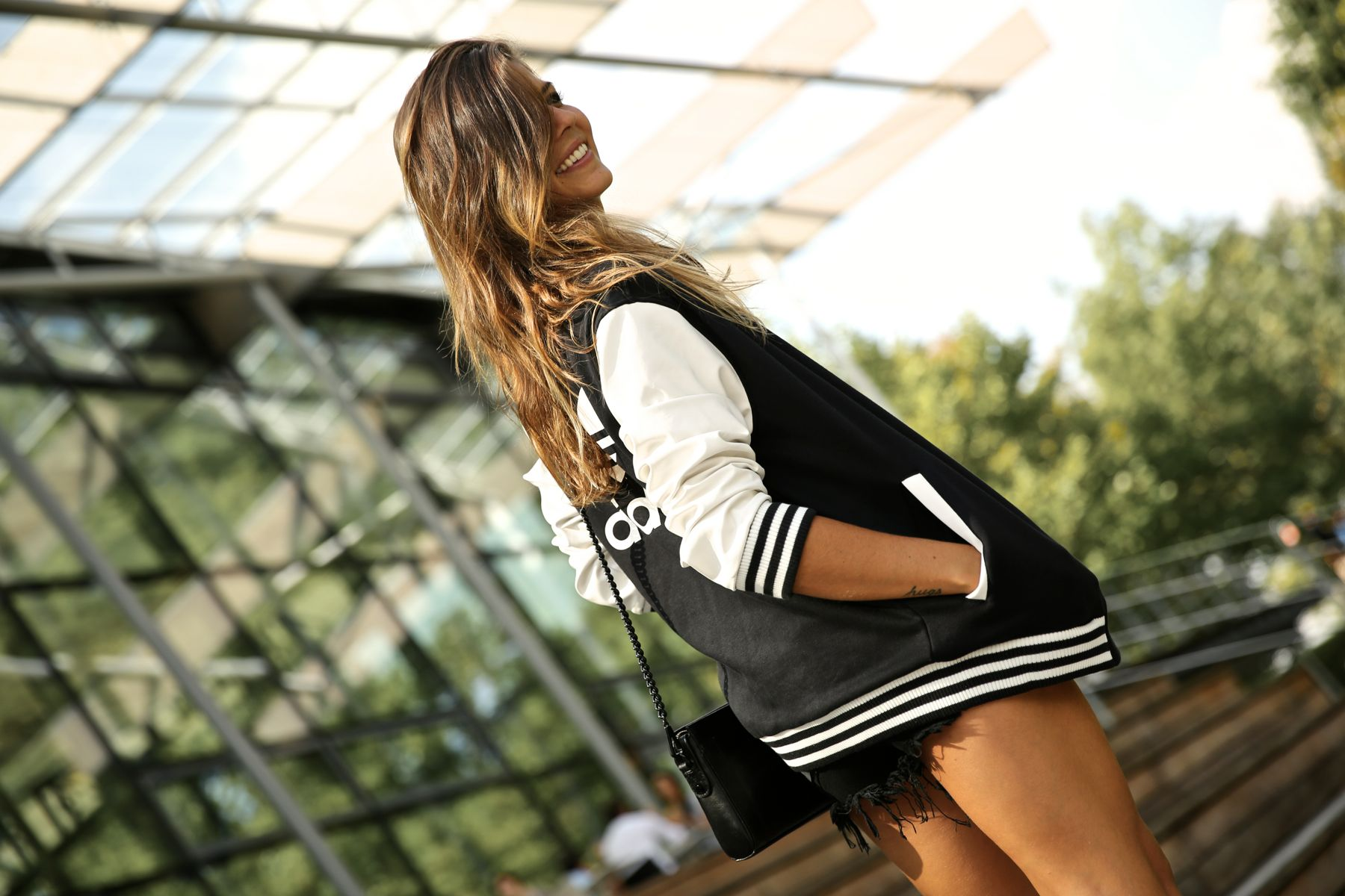 trendy_taste-look-outfit-street_style-ootd-blog-blogger-fashion_spain-moda_españa-stan_smith-adidas-herzo-sport_chic-baseball-chaqueta-shorts-6