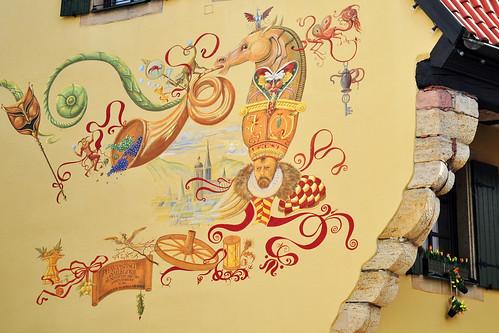 Phantastische Allegorie zu Neustadt an der Weinstraße und der Lebensfreude Altstadt Hausbemalung Fassadenbemalung Foto Brigitte Stolle
