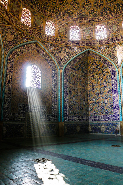 Sun beams entering into Sheikh Lotfollah mosque, Isfahan イスファハン、マスジェデ・シェイフ・ロトゥフォッラーに差し込む光