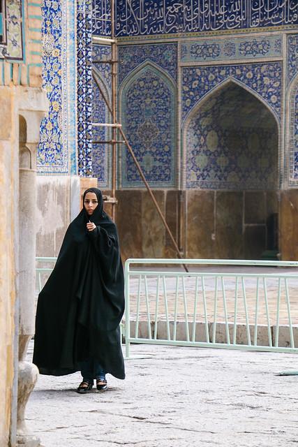 A beautiful woman wearing chador, Imam mosque, Isfahan, Iran イスファハン、王のモスク チャードルを被った美しい女性