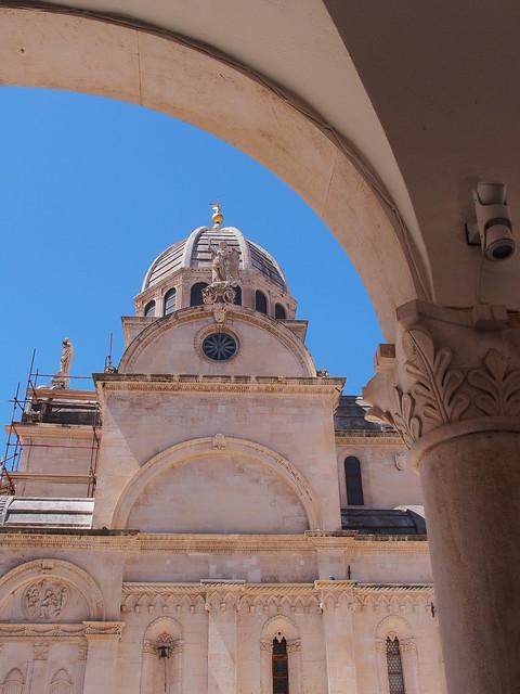 由餐廳拱廊看向勝雅各大教堂