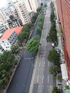 每年數十億的台北路平專案,奢侈地重複刨掉無數已平道路?何不花在共享創新共享的公共電動機車服務?攝影:高志文
