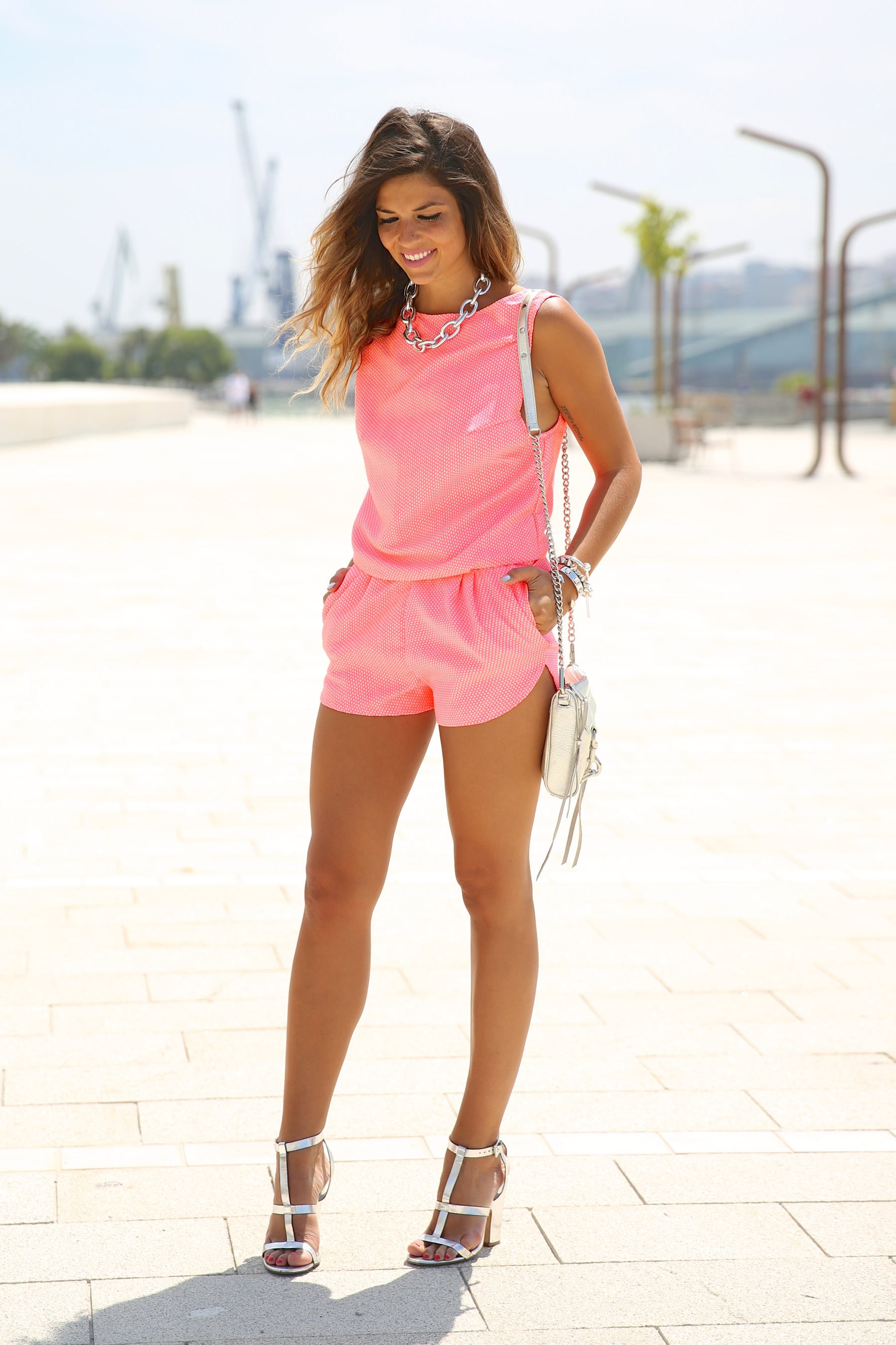trendy_taste-look-outfit-street_style-ootd-blog-blogger-fashion_spain-moda_españa-silver_bag-bolso_plata-mono_rosa-mekdes-coruña-marina-10