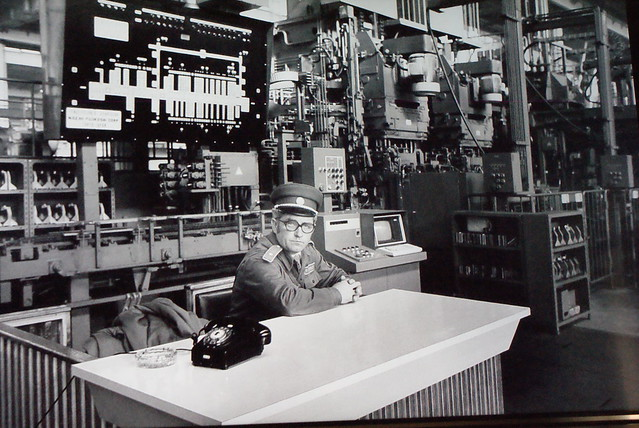 Un homme important qui s'ennuie devant un téléphone qui lui tourne le dos