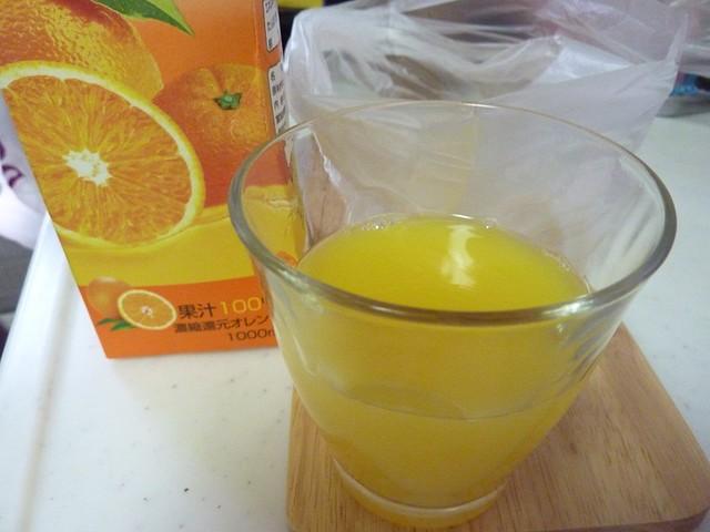 ジュースをカップ半分に入れる