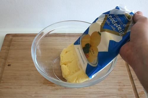 16 - Knödelteig in Schüssel geben / Put dumpling dough in bowl