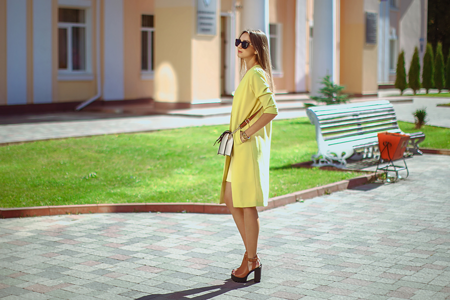 yellow-coat-outfit-ideas-chunky-sandals