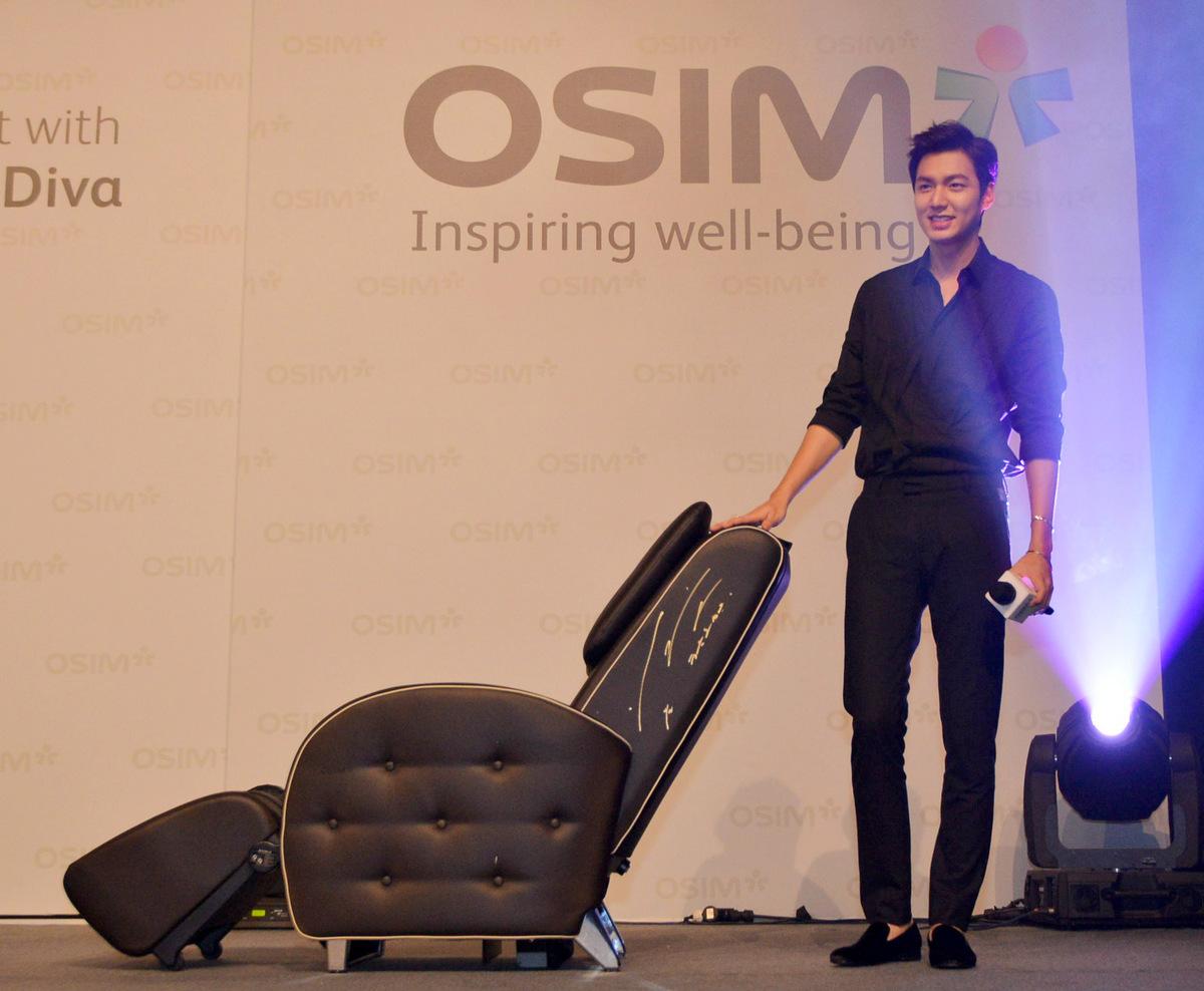 Lee Min-ho posing with the signed OSIM uDiva