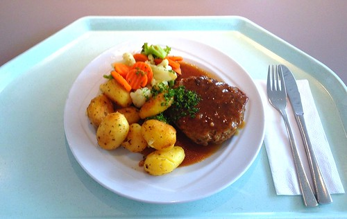 Fleischpflanzerl mit Kaisergemüse, Sauce und Bratkartoffeln / Meatball with vegetables, sauce & fried potatoes