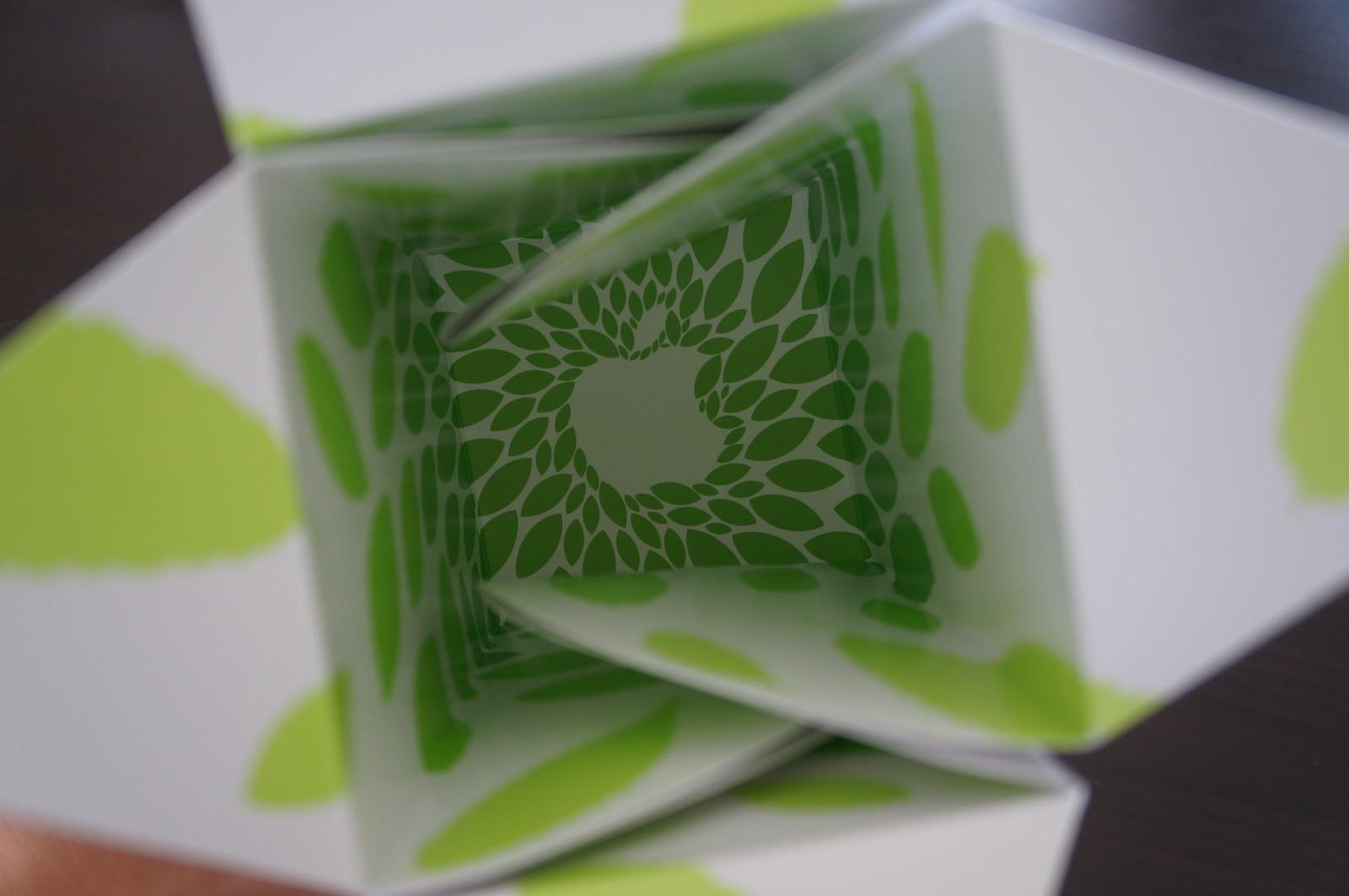 箱にはケヤキの葉がプリントされ、底面にはAppleのロゴがプリントされています
