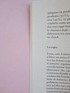 Come finisce il libro, di Alessandro Gazoia (Jumpinschark). minimum fax 2014. Progetto grafico di Riccardo Falcinelli. Titoli inter capitolo, salto di due righe sopra, di una sotto, allineato a sinistra, in grassetto: a pag. 16 (part.), 1