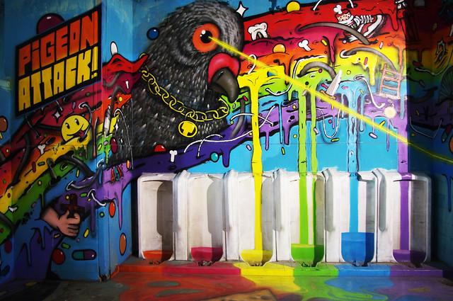 Pigeon Attacks des Pissotières Toilets