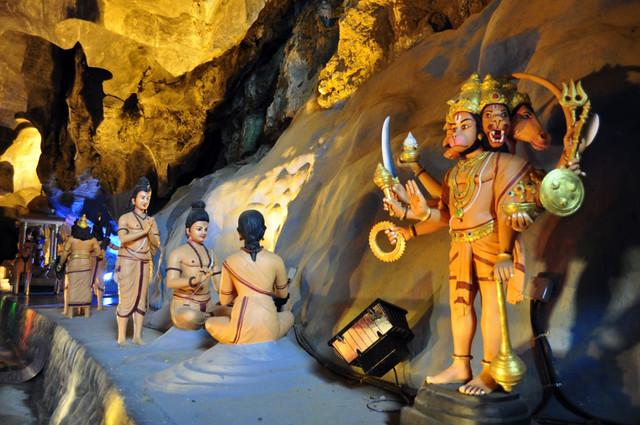 Interior de la cueva de Ramayana Cuevas Batu en Malasia, el templo hindú más grande fuera de la India - 14683359276 759c5f208f z - Cuevas Batu en Malasia, el templo hindú más grande fuera de la India