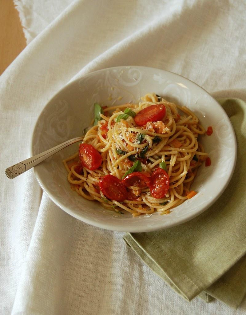 Wholemeal pasta with vegetable sauce / Espaguete integral com molho de legumes