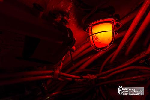 eclairage-rouge-sous-marin-russe-milieu-cables