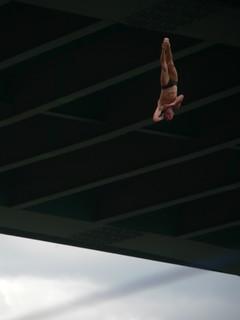 Cayendo desde los 27 metros de altura del puente.