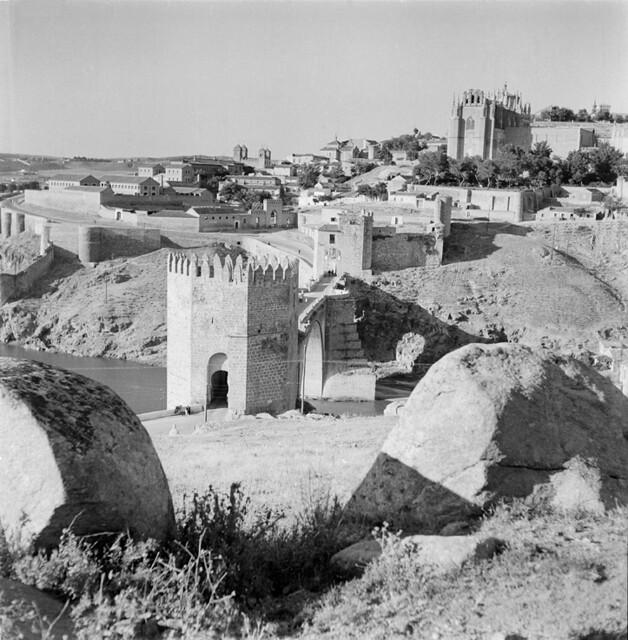 Puente de San Martín en los años 50. Fotografía de Francesc Catalá Roca © Arxiu Fotogràfic de l'Arxiu Històric del Col·legi d'Arquitectes de Catalunya. Signatura B_5706_469