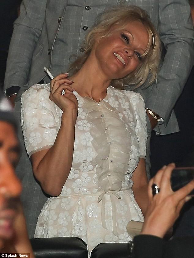 Pamela Anderson raucht einer Zigarette (oder Cannabis)