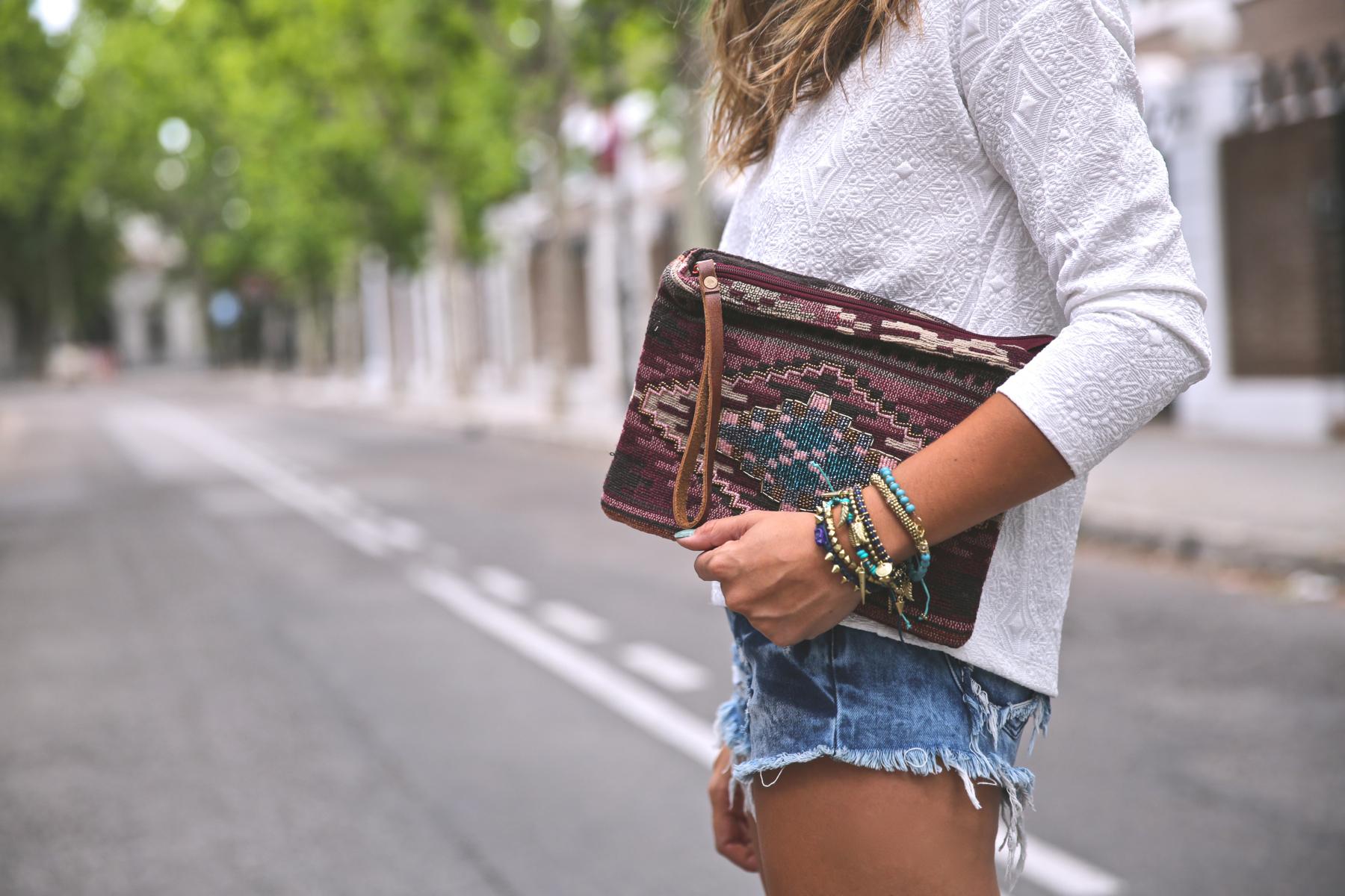 trendy_taste-look-outfit-street_style-ootd-blog-blogger-fashion_spain-moda_españa-denim_shorts-shorts_vaqueros-top_blanco-white_top-sandalias_cordones-ethnic_cluth-clutch_etnico-el_corte_ingles-3