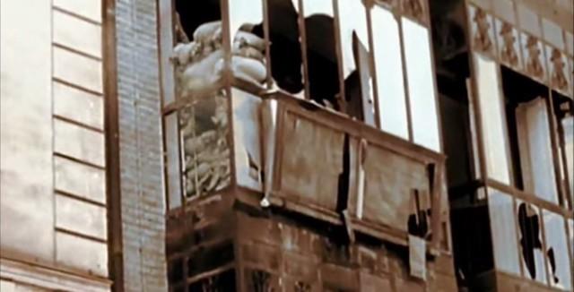 Cristales rotos de un mirador desde el que disparaban milicianos en la Cuesta de las Armas. Captura de un vídeo real a color de la Guerra Civil en Toledo en el verano de 1936