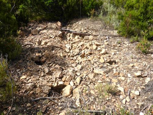 Plate-forme sommitale du piton rocheux : une plate-forme avec des trous de pylônes (?)