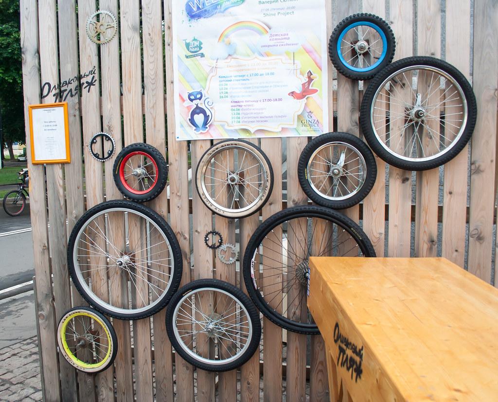 Москва. Парк Культуры. Забавная конструкция из зацепленных велоколес в парке