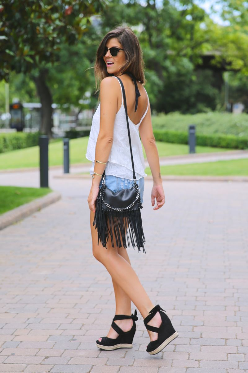 trendy_taste-look-outfit-street_style-ootd-blog-blogger-fashion_spain-moda_españa-fringed_bag-bolso_flecos-sandalias-verano-summer_sandals-ugg_australia-denim_shorts-shorts_vaqueros-oversize-14