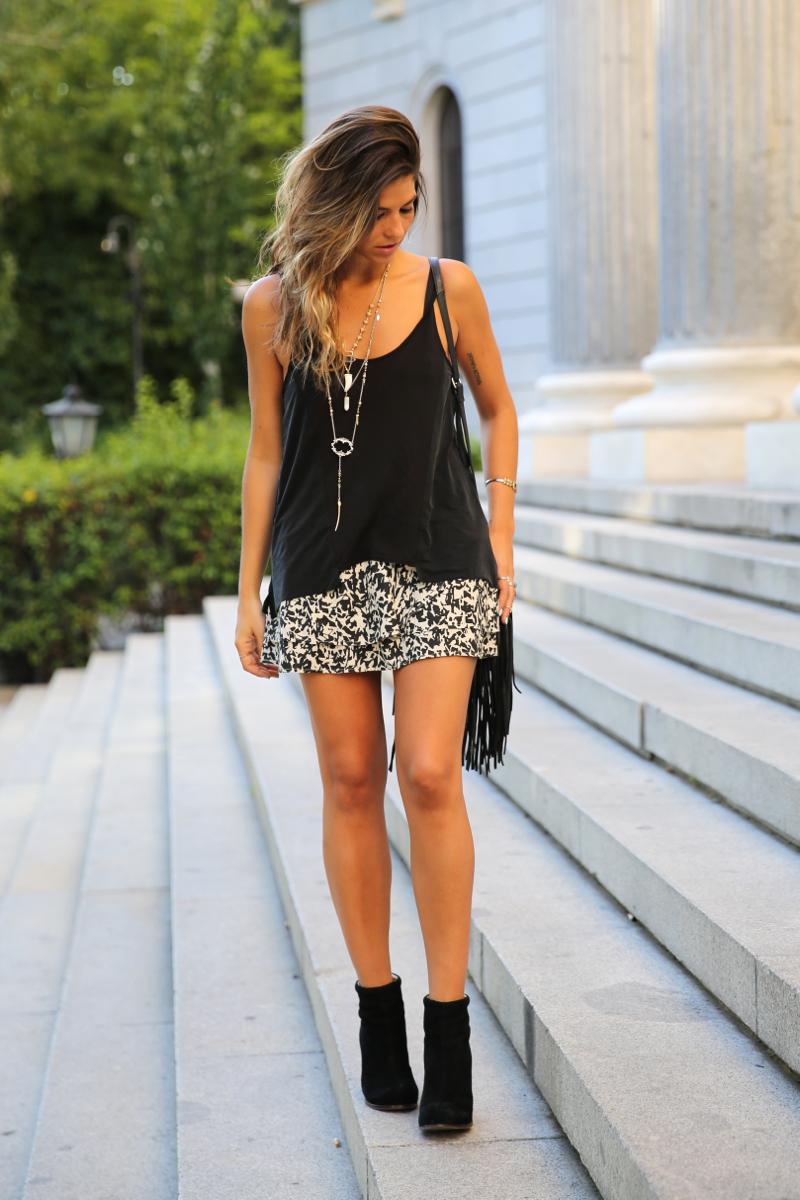 trendy_taste-look-outfit-street_style-ootd-blog-blogger-fashion_spain-moda_españa-animal_print-boho-casual-falda-skirt-black_booties-botines_negros-jeffrey_campbell-zara-bolso_flecos-vintage-11