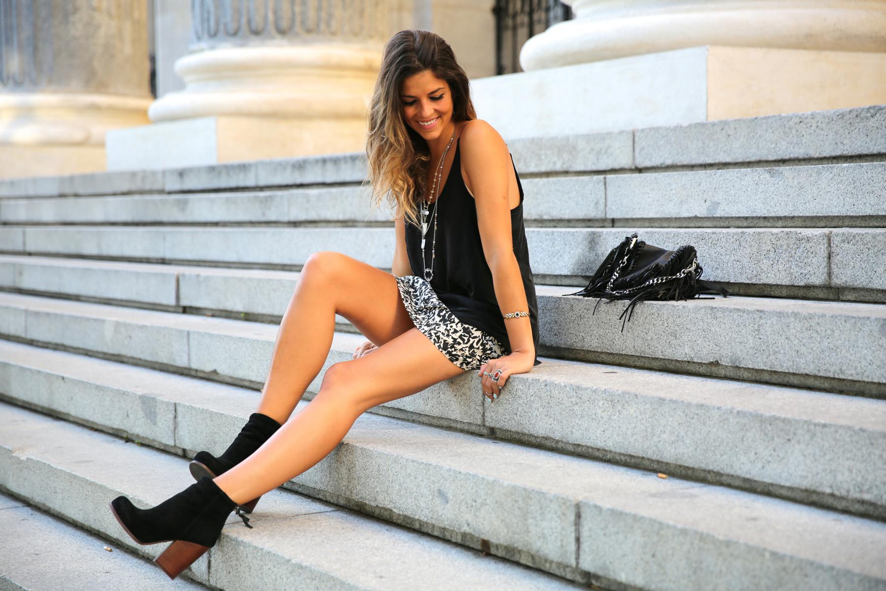 trendy_taste-look-outfit-street_style-ootd-blog-blogger-fashion_spain-moda_españa-animal_print-boho-casual-falda-skirt-black_booties-botines_negros-jeffrey_campbell-zara-bolso_flecos-vintage-9