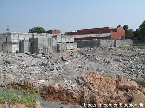 由於該廠區已經轉租給建材工廠,汙染最嚴重的土地已經敷上水泥地,一方面遮住氣味外溢,但也令人擔憂汙染物質是否會進入地下水系?