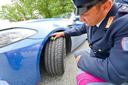 Policia verificando estado de neumáticos