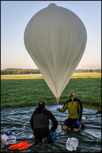 field balloon filling parachute ballong åker ksw balong fallskärm fyller radarreflector highaltitudeballoon katternöskywatchers höghöjds