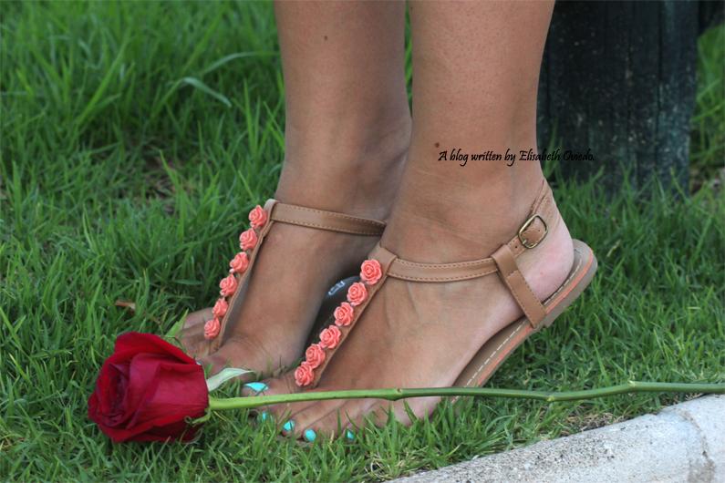 vestido-blanco-clutch-marrón-y-sandalias-marrones-con-fores-coral-MARYPAZ---HEELSANDROSES-(6)
