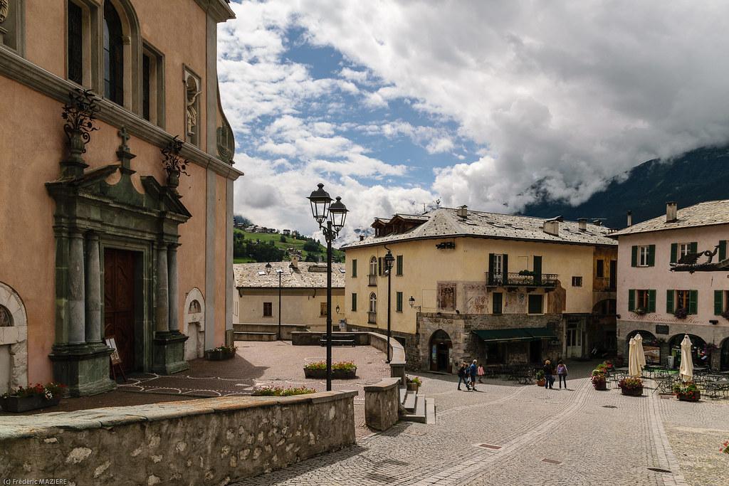 Plazzanecco lombardy italy tripcarta for Meuble cima bianca