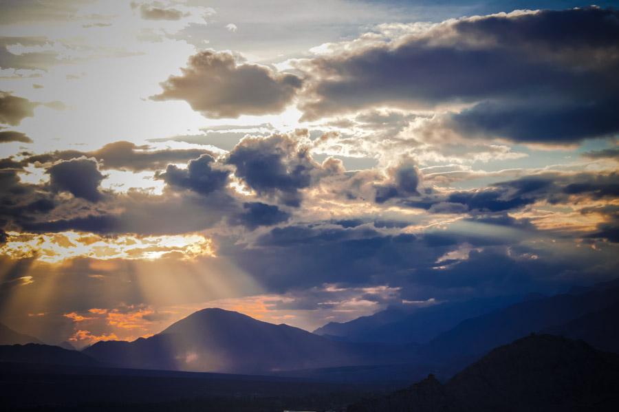 Закат. Вид с крыши монастыря Тикси. Монастыри Ладакха (Монастыри малого Тибета) © Kartzon Dream - авторские путешествия, авторские туры в Ладакх, тревел фото, тревел видео, фототуры