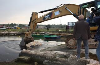 novembre 2011 - La ruspa posa la prima pietra per il Porto Turistico polignano