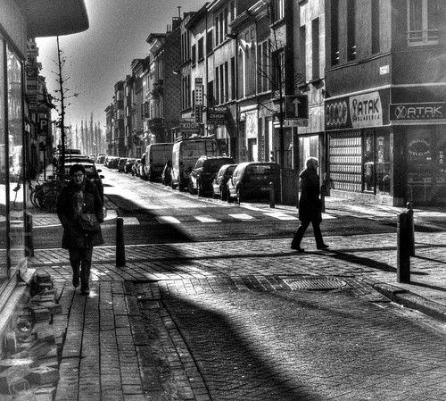 Streetlife in shadow & light. Lumix FZ50 RAW, Streetphotography, B&W. Cropped.