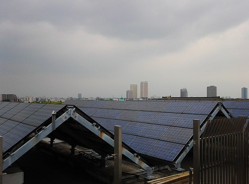 国立科学博物館 地球館屋上から見える太陽光発電施設と東京国立博物館表慶館