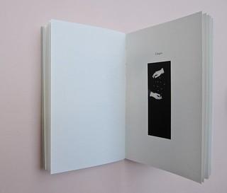 Ortografia della neve, di Francesco Balsamo. incertieditori 2010. Progetto grafico di officina delle immagini. L'indicazione del capitolo: un numero scritto in lettere e, più in basso, ill. b/n: a pag. 41 (part.), 1