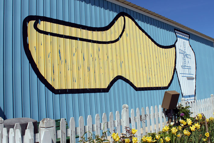 West Michigan Weekend: De Klomp Factory & Veldheer Tulip Gardens in Holland, Michigan - (via Wading in Big Shoes)