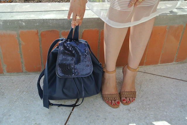 backpack con lentejuelas y sandalias cafés en jfashion.co