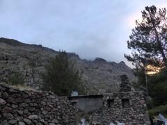 Au petit matin, le versant bien embrumé de montée à l'arche de Caprunale au-dessus du refuge